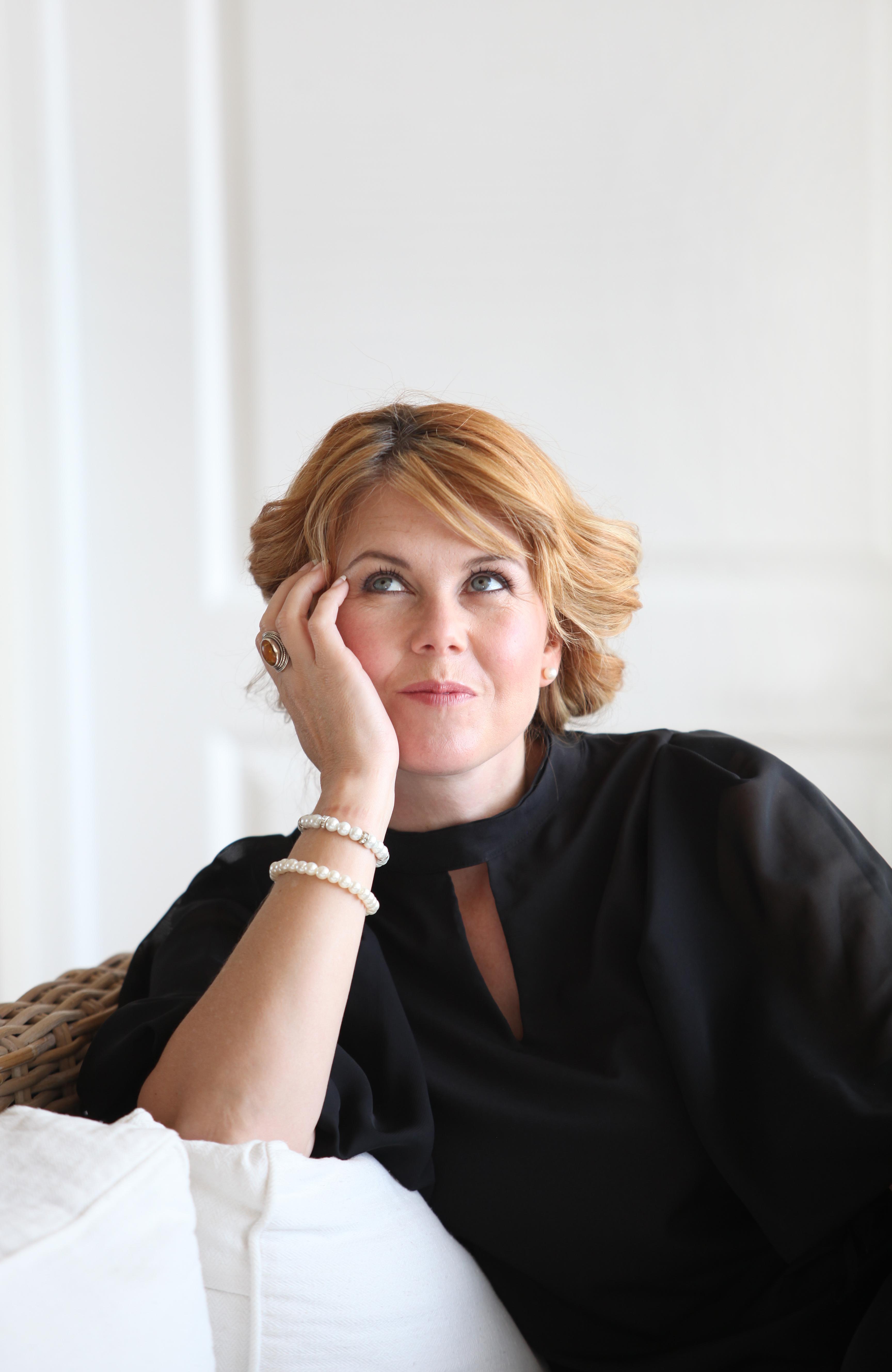 English biography - Nadine Blom Online Shop